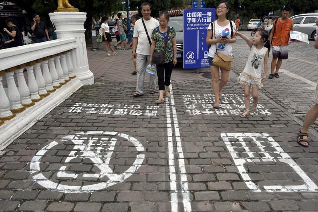Carriles para peatones con celulares 1